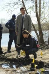 "Emily Deschanel and David Boreanaz in BONES - Season 6 - ""The Feet on the Beach"" | ©2011 Fox/Ray Mickshaw"