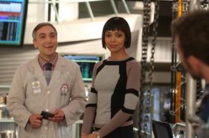 Cam (Tamara Taylor) introduces forensic podiatrist Dr. Douglas Filmore (Scott Lowell) to the Jeffersonian team | © 2014 Patrick McElhenney/FOX