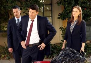 Brennan (Emily Deschanel), Booth (David Boreanaz) and Danny Beck (guest star Freddie Prinze, Jr.) on BONES | © 2014 Patrick McElhenney/FOX