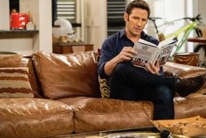 """Mark Feuerstein in 9JKL - Season 1 - """"Tell All""""   ©2018 CBS/Cliff Lipson"""
