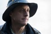 Alan Tudyk is Harry Vanderspeigle in RESIDENT ALIEN - Season 1 | ©2021 Syfy/James Dittinger